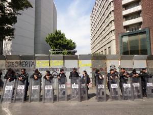 20131209 Cerca de Metal - Policia en frente de la cerca - DSC06980
