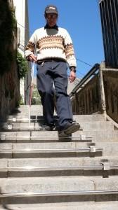 Luis bajando la escalera