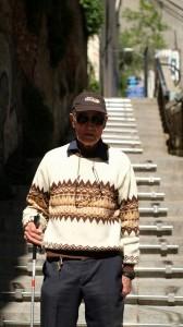 Luis frente a la escalera