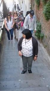 Nora con un grupo de gente en la escalera